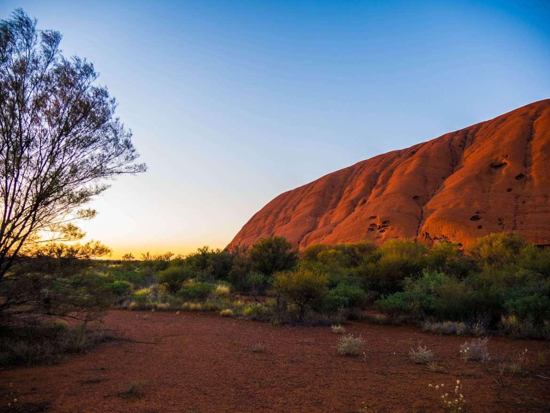 Uluru au soleil levant sur le base walk