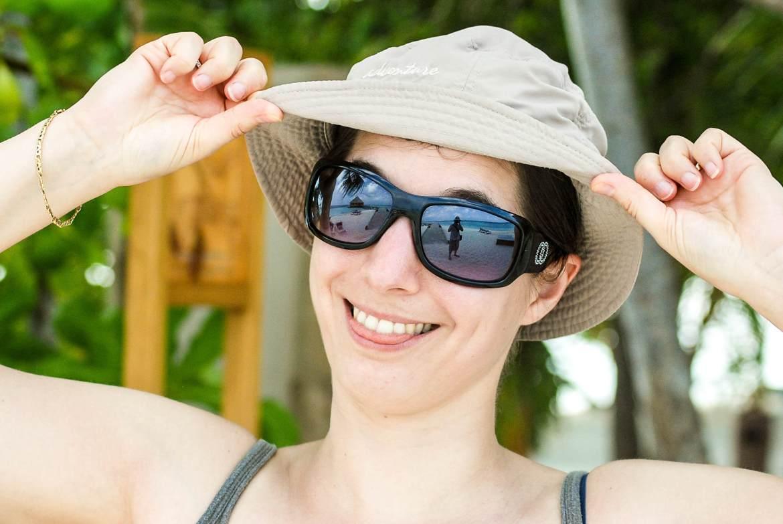 Chapeau et lunette à soleil dans sa valise pour les Maldives