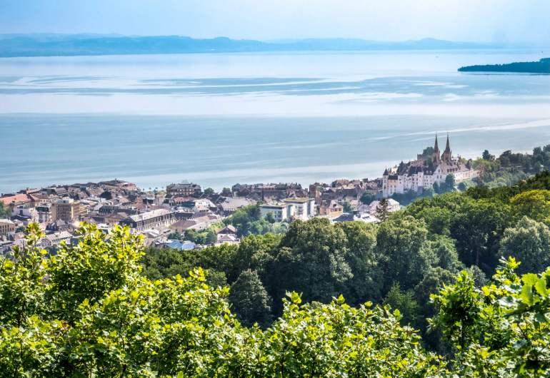 Vue sur Neuchâtel depuis Roche de l'Ermitage