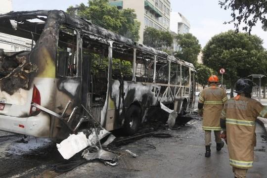 Ônibus pega fogo em frente ao Maracanã; incêndio não deixou feridos