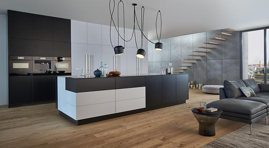 Black and white are timeless colors and characterize this modern kitchen. The matt lacquer further enhances the monochrome effect.