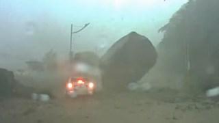 危機一髪!巨大な落石が走っている車を襲う!