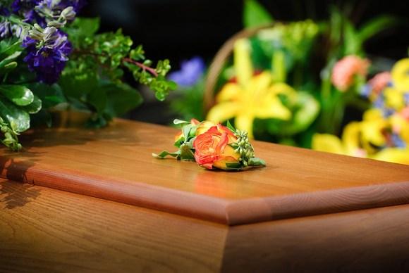 死んだはずの女性が棺から現れて、葬儀屋があまりの出来事で気絶する事態に