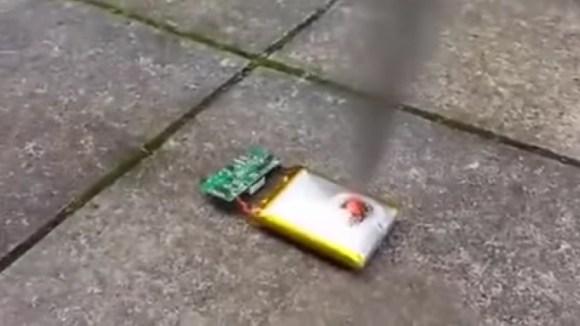 【大惨事】スマホのバッテリーにナイフで刺してみたら大爆発が起こる!!