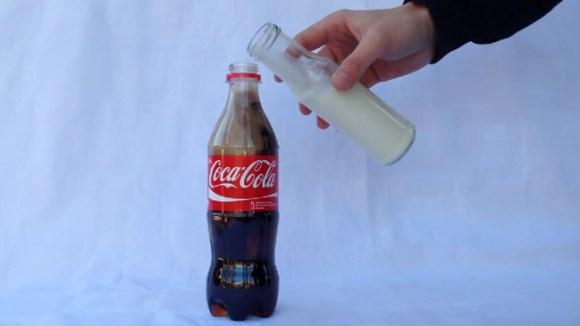 コーラにメントスは知っての通り。じゃあコーラに牛乳を混ぜたらどうなるの?