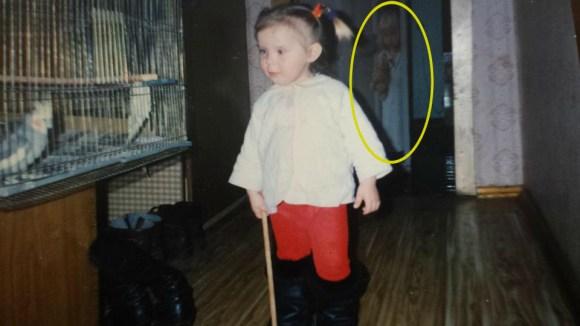 4歳のときの写真を偶然見返したら、そこには知らない女の子が写っていた