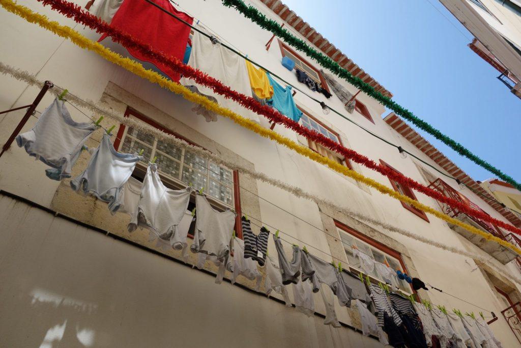 Le linge aux fenêtres à Lisbonne