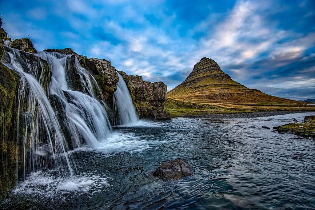 Le mont kirkjufell dans la péninsule de Snaefellsnes