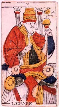 Il Papa e i personaggi dei Tarocchi di spalle