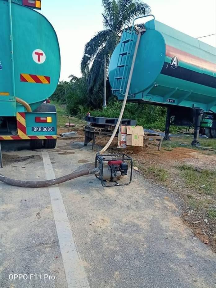Tanker air menambah air pada saluran paip aghan