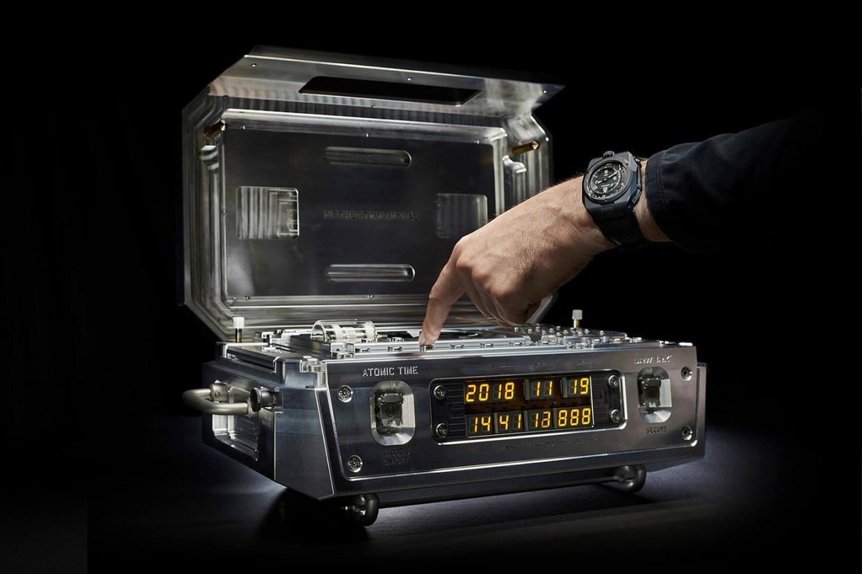 Самые невероятные атомные часы AMW Urwerk выставлены за 2,7 миллиона долларов