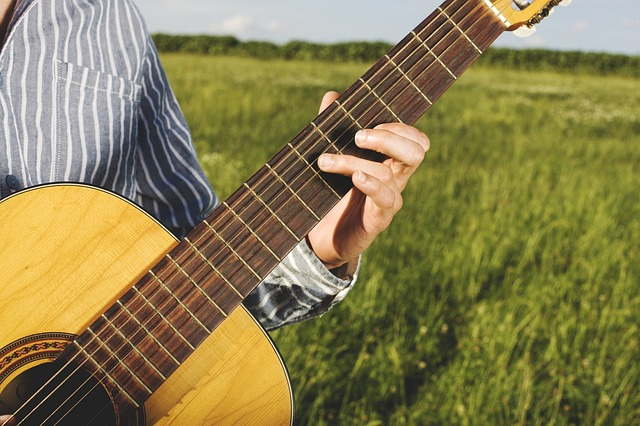 e83cb00e2df3053ed1584d05fb1d4390e277e2c818b4124391f2c87cafee 640 - Strum Away With These Simple Guitar Tips