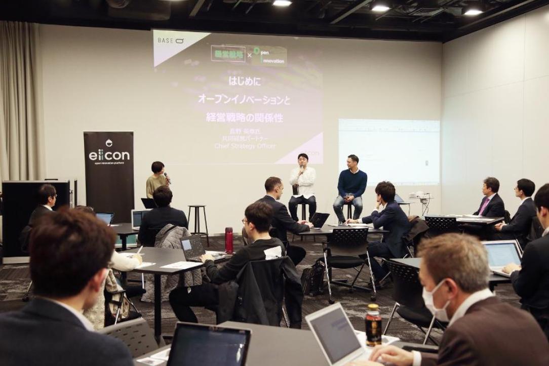 Keiichiro Koumura of Mitsui Fudosan (center left) and Hideaki Nagano of Samurai Incubate (center right) discuss open innovation during a seminar at Base Q in Tokyo.
