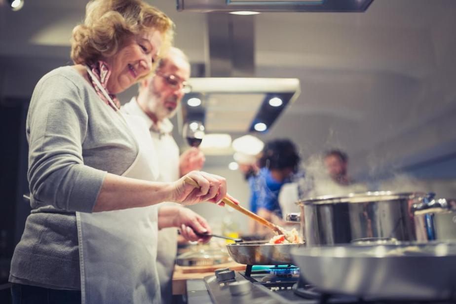 People in a cooking class enjoying their time