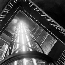 Der Aufgang im Turm des Rathauses bei hochfahrendem Fahrstuhl.
