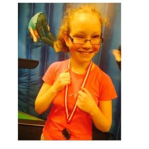 Blij kindje met medaille bij Fitness Contest