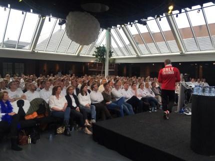 Circa 350 medewerkers luisteren ademloos toe
