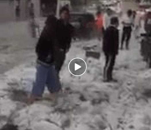 Невреме со град во Гвадалахара, Мексико (28.07.2017) – децата си играат како во снег
