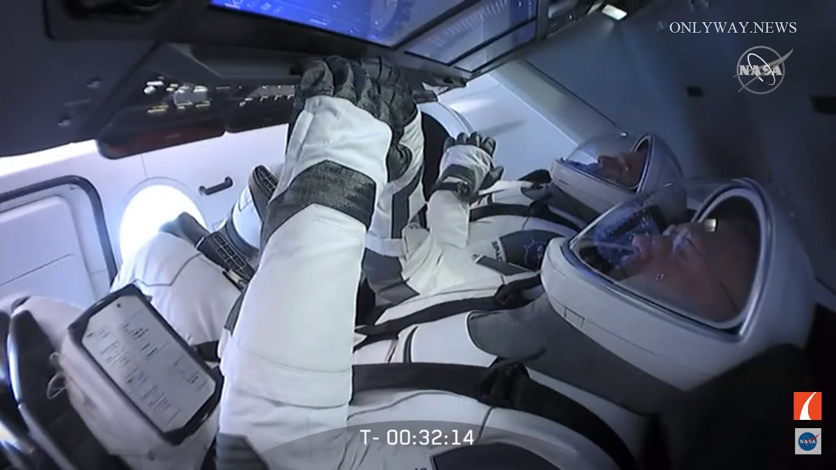 Прямо сейчас, среда 27 мая 2020 года, НАСА и SpaceX отправляют астронавтов Роберта Бенкена и Дугласа Херли на Международную космическую станцию.