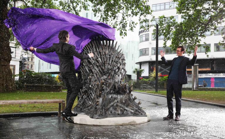 Железный трон из «Игры престолов» установлен в центре Лондона Pictured Alex Zane and British actor Isaac Hempstead Wright Bran Stark