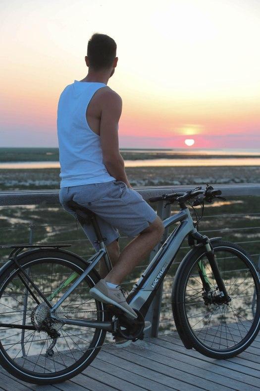 en vélo face au coucher de soleil sur la véloscénie blog