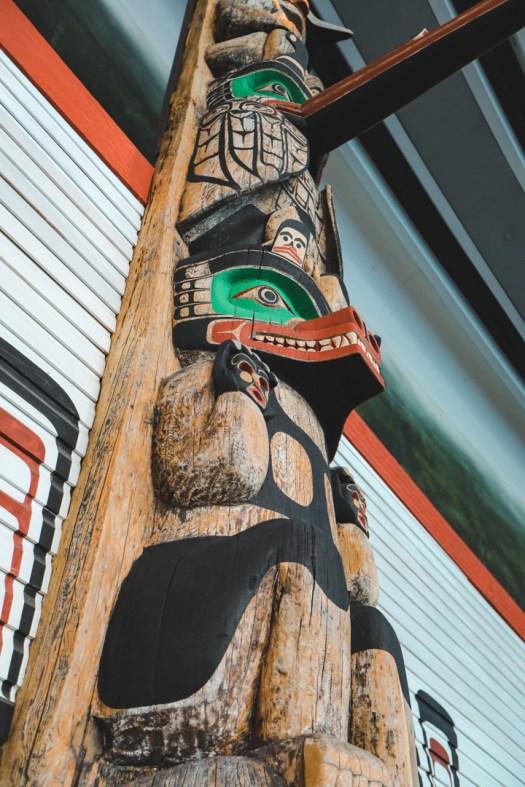Totem vu d'en bas dans le musée canadien de l'histoire