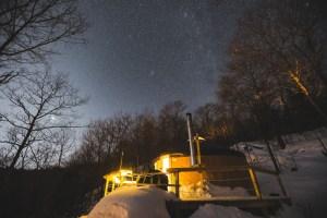 Yourte vu de l'extérieur et de nuit au Québec en hiver