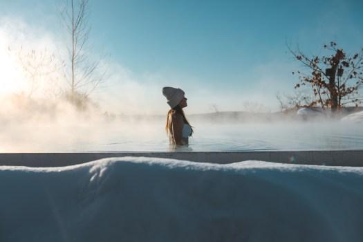 Bassin du Nordik Spa-Nature sous la neige au Québec en hiver