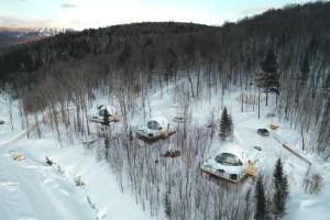 Vu en drone de dômes près de Mont Tremblant au Québec en hiver