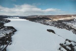 Lac Tremblant sous la neige vu d'hélicoptère au Québec en hiver