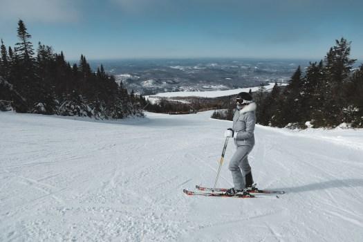 Vue depuis les pistes sur le lac Tremblant recouvert de neige en hiver