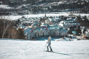 Ski et vu sur la station du Mont Tremblant au Québec l'hiver