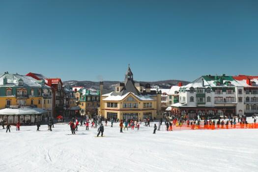 Pied des pistes à la station du Mont Tremblant au Québec en hiver