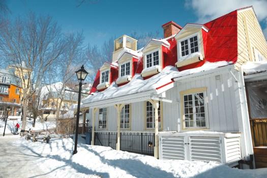 Mont Tremblant au Québecl'hiver sous la neige