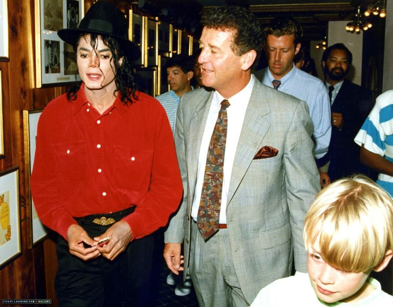 michael-goes-on-vacation-in-bermuda-with-maculay-culkin(57)-m-17