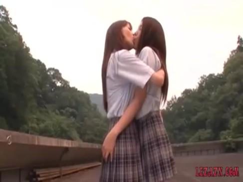 制服姿のスタイルの良いギャル達が屋上で濃厚なキス!舌を絡ませて唾液まみれになってるレズビアン動画