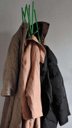 Naisten takkeja naulakossa.