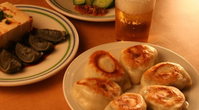 代々木「でっかい餃子 曹さんの店」肉汁ほとばしるバクダン餃子!