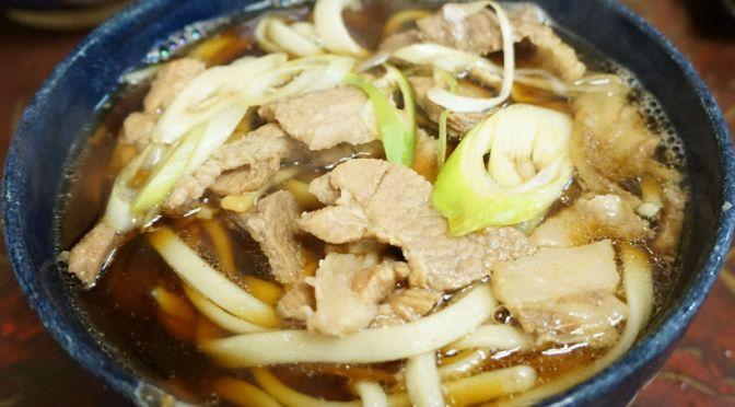 梅島「角萬」武蔵野うどんをホウフツとさせる力強い極太蕎麦。これ病みつきにさせられる味わいが潜んでいる。