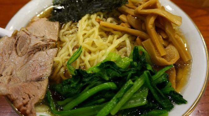 新宿「満来」美しく澄んだ醤油スープと中太平打ち縮れ麺の相性よし。分厚い焼豚も旨し。