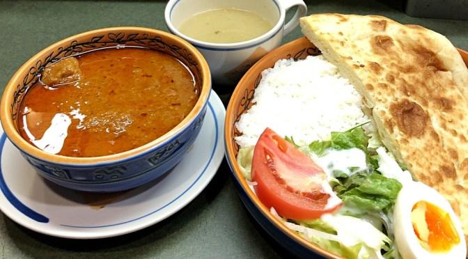 三越前「フジヤ」相変わらず美味しいインド風ビーフカレー。豆スープもピカイチ。