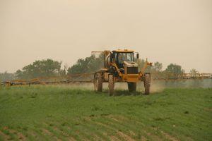 1920px-1264_Rogator_Spraying_Corn