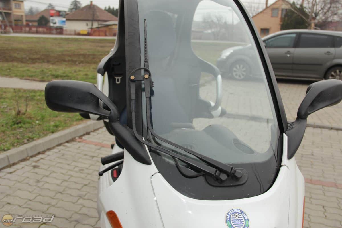 Az ablaktörlő mosót is kapott, és igen hatékonyan működik