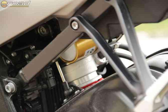 A hátsó lengéscsillapítóba is megy néhány vezeték - teljesen állítható, sőt, önmagától alkalmazkodik, úgy mint az eleje