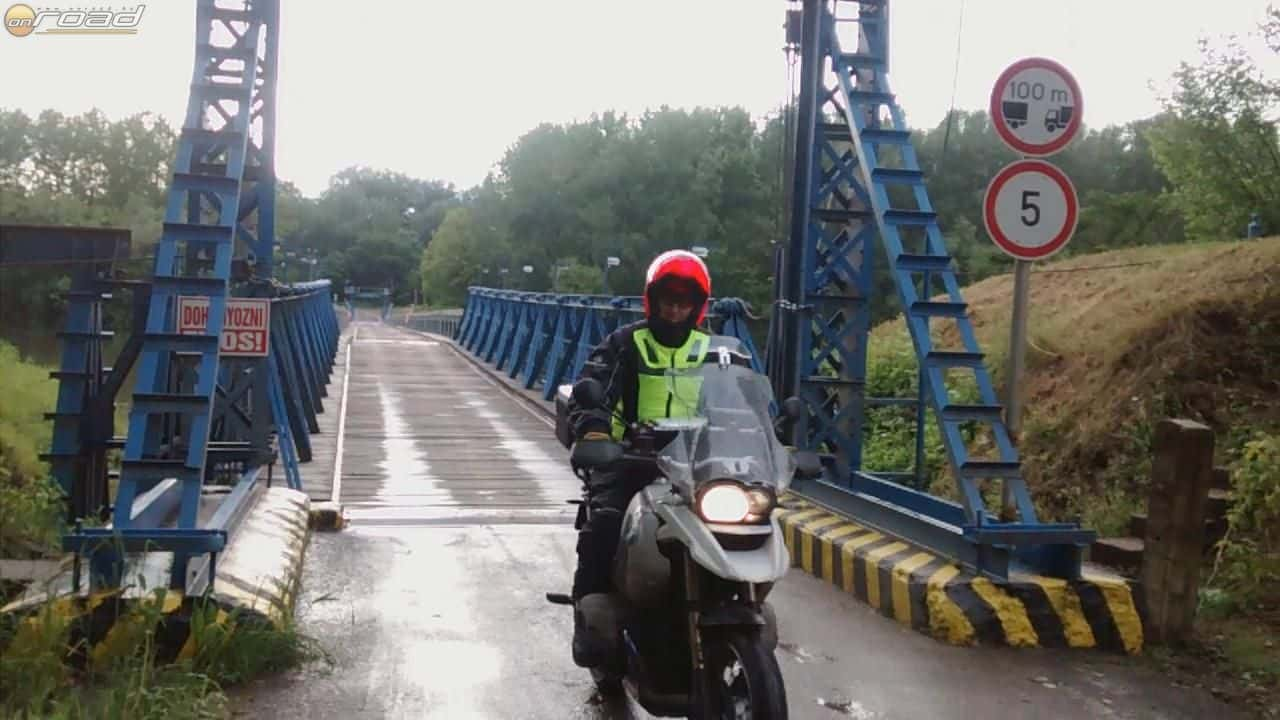 Új élmény volt a pontonhídon motorozás
