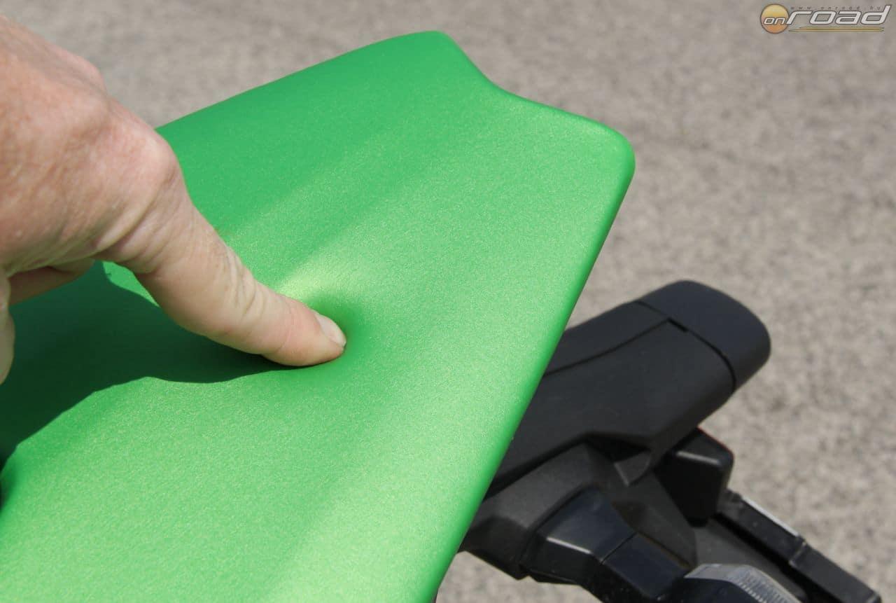 Pedig ez a zöld takaróelem-szerű valami maga az ülés. Biztos király lehet utazni rajta!