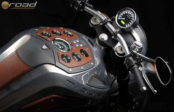 A sebességmérőt leszámítva az összes műszer az üzemanyagtank tetején került elhelyezésre