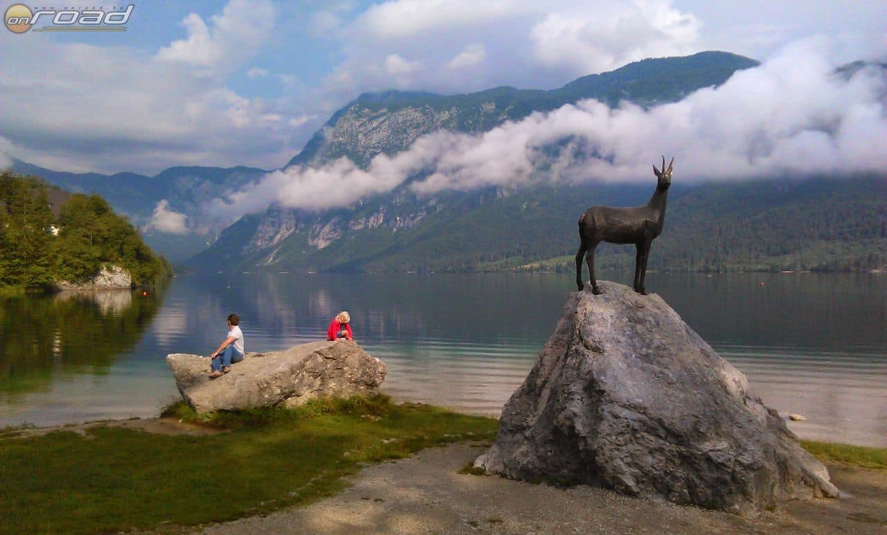 A Bohinji tó partján a legendás kecskebak szobra