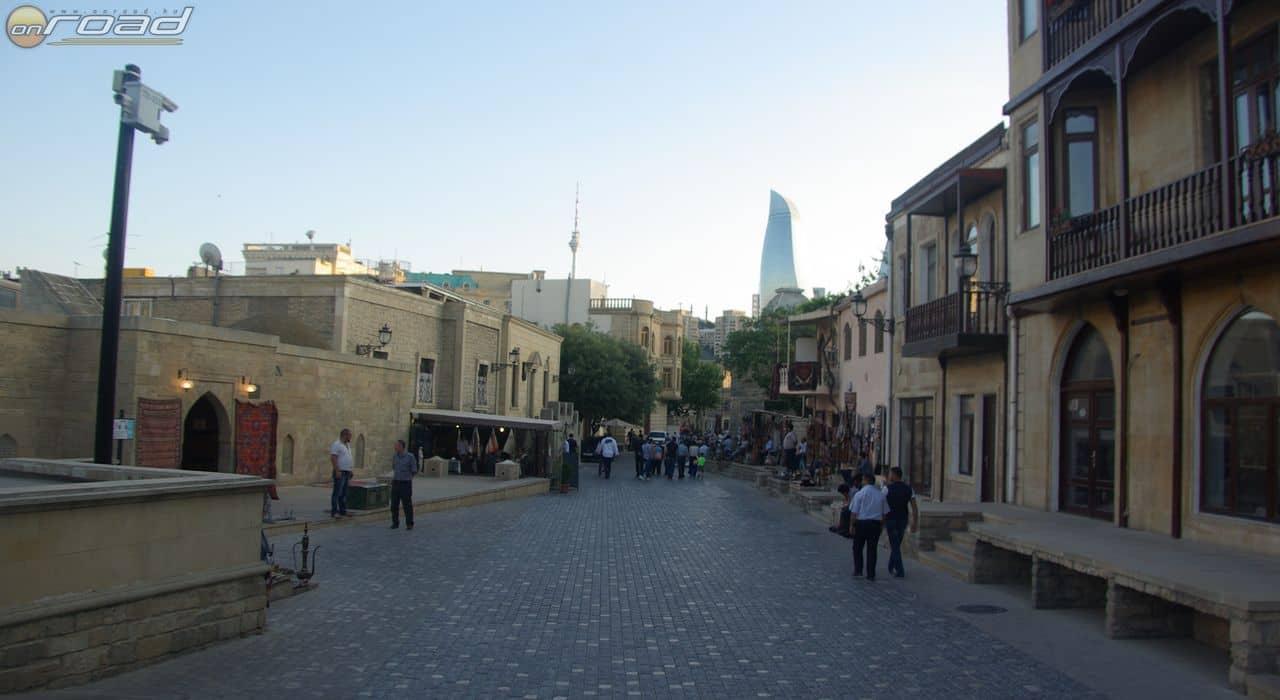 Baku óvárosa - háttérben a jelenkor épületei
