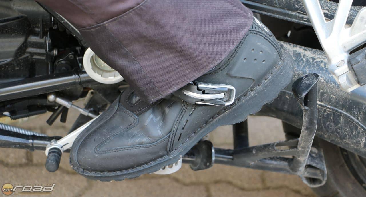 Hosszabb szárú nadrággal teljesen kulturált viselet